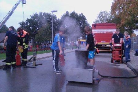 Zwei CRS-Schüler beim Ablöschen eines Entstehungsbrandes
